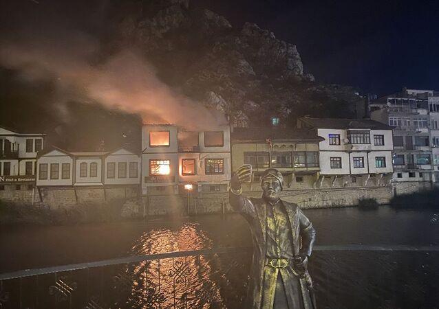 Amasya'da Yeşilırmak kenarında bulunan tarihi yalıboyu evlerinin olduğu alandaki otel olarak kullanılan konakta çıkan yangın, itfaiye ekiplerince söndürüldü.
