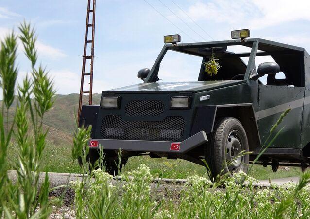 Yüksekova ilçesine bağlı Yeni Mahallesi'nde yaşayan ve çobanlık yapan Mehmet Şerif Karahan, sanayiden satın aldığı hurda malzemelerden 1.5 sene üzerinde çalışarak otomobil yaptı.