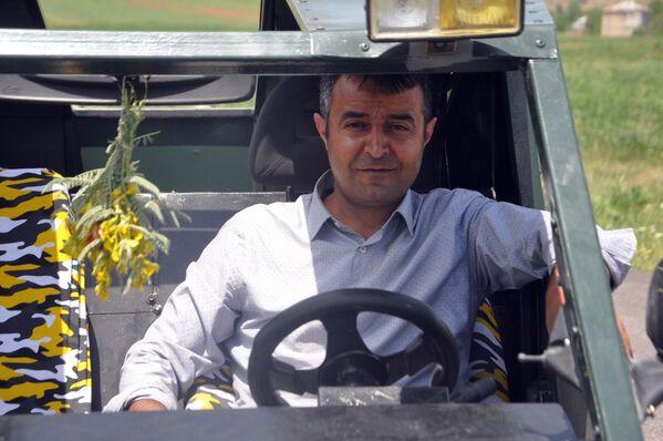 """Karahan """"Şükür şimdi 'Hummer'ime binebiliyorum ve sürüyorum. Yetkililerden destek istiyorum, eğer destek olursa yapmayacağım hiçbir şey kalmayacak. Eğer aracımın gerçekten Teknofest değeri varsa onlardan da destek bekliyorum"""" dedi. - Sputnik Türkiye"""