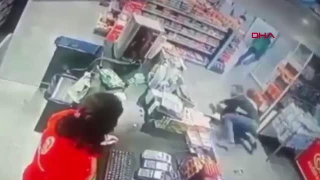 Markette kadını tekme tokat dövüp boğazına bıçak dayadı: Kimse müdahale etmedi