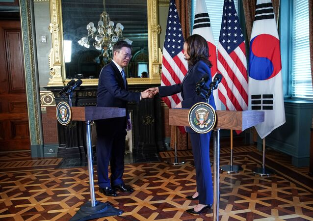 ABD Başkan YardımcısıKamalaHarris'in Güney Kore Devlet Başkanı Moon Jae-in ile düzenlediği ortak basın toplantısı sonunda Jae-in'in elini sıkmasının ardından elini üzerine silmesi sosyal medyanın gündemine oturdu.