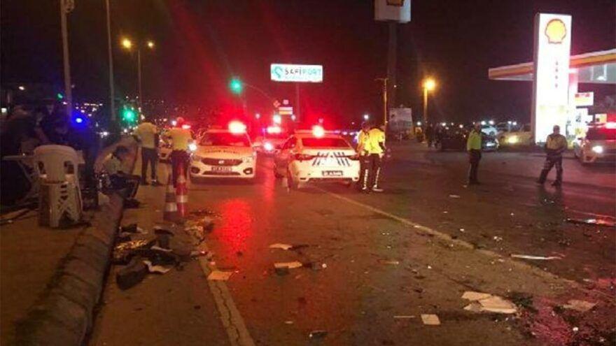 Kocaeli'nin Derince ilçesinde alkollü sürücünün kullandığı otomobil, polis kontrol noktasında bulunan 4 araca çarptı. Kazada, biri denetim yapan polis olmak üzere 3 kişi yaralandı.
