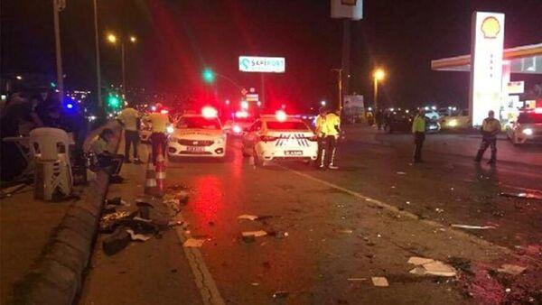 Kocaeli'nin Derince ilçesinde alkollü sürücünün kullandığı otomobil, polis kontrol noktasında bulunan 4 araca çarptı. Kazada, biri denetim yapan polis olmak üzere 3 kişi yaralandı. - Sputnik Türkiye