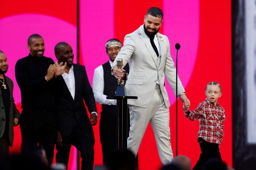 'On Yılın Sanatçısı' ödülüne layık görülen Drake, gece topladığı tüm ödüllerle birlikte toplam Billboard ödül sayısını 29'a çıkardı. ve törende bugüne dek en çok ödül alan sanatçı unvanını taşımayı sürdürdü. Ödülü 3 yaşındaki oğlu Adonis ile birlikte alan Drake, başarısını ailesine adadı.