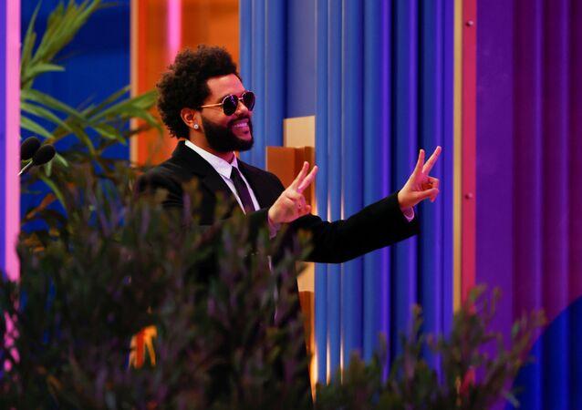 Geceden en çok ödülle ayrılan isim ise The Weeknd oldu. Grammy Ödülleri'ni boykot eden ama bu törende aradığını bulan sanatçı, 'En İyi Sanatçı', 'En İyi Erkek Sanatçı' ve 'En İyi R&B Albümü' dahil 10 ödül aldı, ailesi ve hayranlarına teşekkür etti.