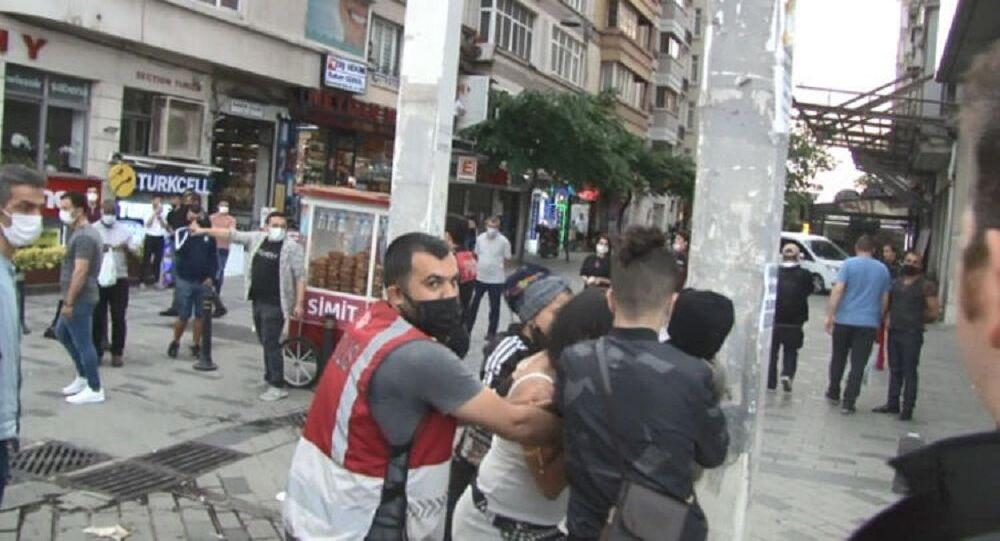 Taksim'de gözaltına alınmamak için soyunan kadın, polis