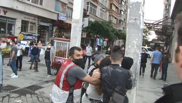 Taksim'de gözaltına alınmamak için soyunan kadın, polis - Sputnik Türkiye