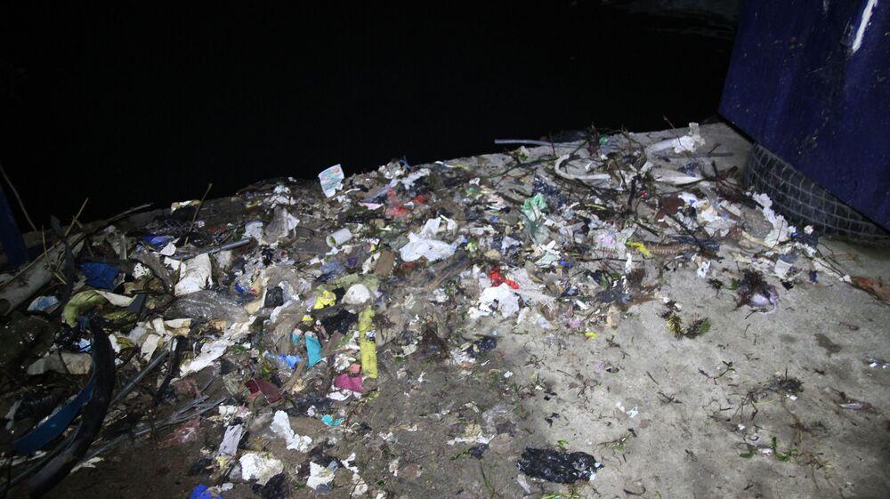 Kentsel dönüşüm kapsamında Rize merkezde yıkılan yapıların hafriyatlarının demirleri ayrıldıktan sonra denize dökülmesi ile kıyıda çöp sorununun daha da arttığını belirten balıkçılar, bir an evvel Rize Belediyesi'nin bu soruna çözüm bulmasını istiyor.