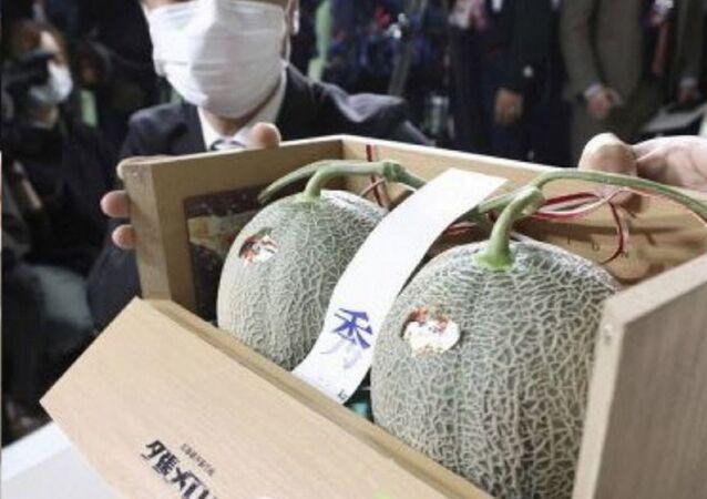 2 tanesi 2.7 milyon yene satılan kavunlar