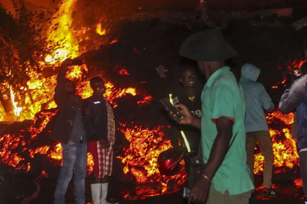 Makundi, 10'dan fazla kişinin kaçmaya çalışırken trafik kazasında, diğerlerinin ise lavların evlerine ulaşması sonucu yaşamını yitirdiğini dile getirdi.
