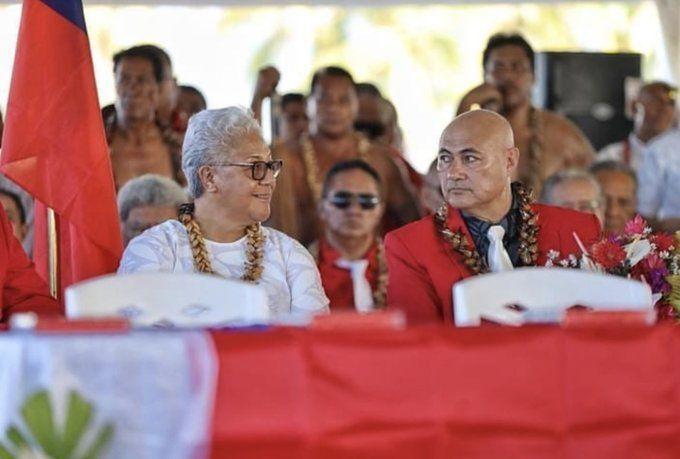 Samoa'da çadırda yemin etmek zorunda kalan ilk kadın başbakan Fiame Naomi Mata'afa ile başbakan yardımcısı Tuala Tevaga Ponifasio