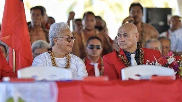 Samoa'da çadırda yemin etmek zorunda kalan ilk kadın başbakan Fiame Naomi Mata'afa ile başbakan yardımcısı Tuala Tevaga Ponifasio - Sputnik Türkiye