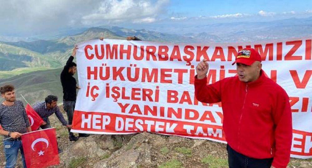 Tekeli Dağı'nın zirvesine tırmanıp, Erdoğan ve Bakan Soylu'ya destek verdiler