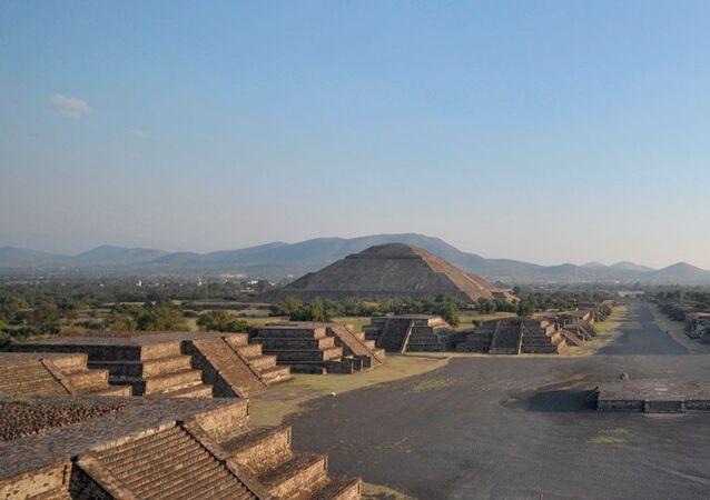 Yılda 2.6 milyon ziyaretçi ile Meksika'nın en önemli turizm simgesi olan Teotihuacan Piramitleri'nin yakınındaki özel lunapark inşaatı nedeniyle UNESCO Dünya Mirası Listesi'nden çıkarılabileceği bildirildi.