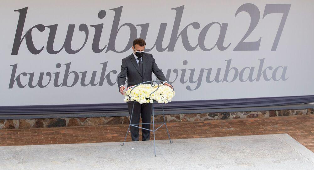 Fransa Cumhurbaşkanı Emmanuel Macron, Kigali'de Ruanda Soykırımı kurbanlarının anıtına çelenk bırakırken