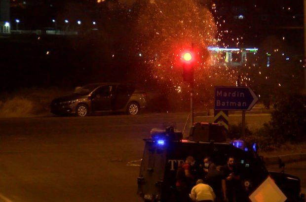 Diyarbakır'da, bombalı araçla saldırı hazırlığındaki terörist, polis ekiplerinin istihbari çalışması sonucu engellendi. Saldırı hazırlığındaki terörist gözaltına alınırken, bomba imha uzmanlarınca patlayıcının imha anı ise kameraya yansıdı.