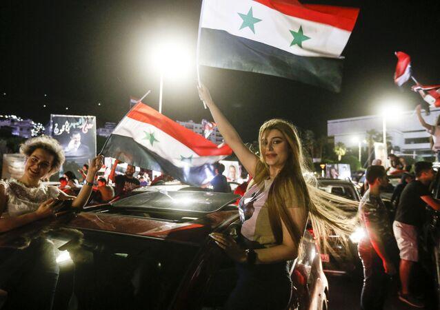 Esad'ın zaferiyle nedeniyle düzenlenen kutlamalar ülkenin hemen hemen tüm büyük kentlerinde gece geç saatlere kadar devam etti.