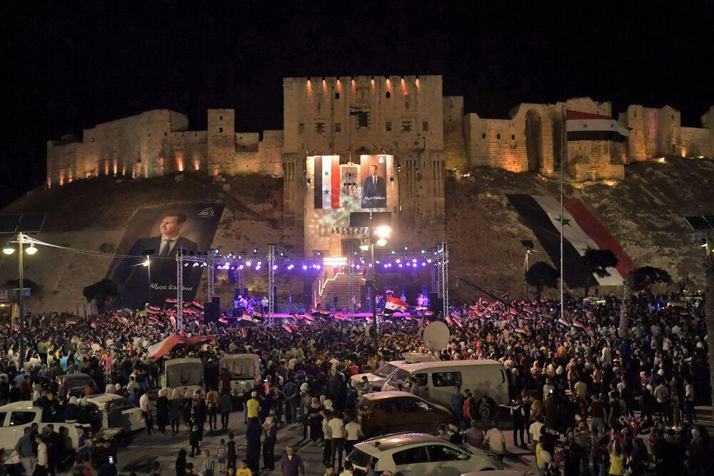 Sputnik'e konuşan Lazkiye, Halep, Humus ve Hama'daki görgü tanıkları, mevcut Devlet Başkanı'nın seçimlerde kazandığı zaferle ilgili kutlamaların neredeyse sabaha kadar sürdüğünü anlattı. Fotoğrafta: Halep'teki kutlamalar.