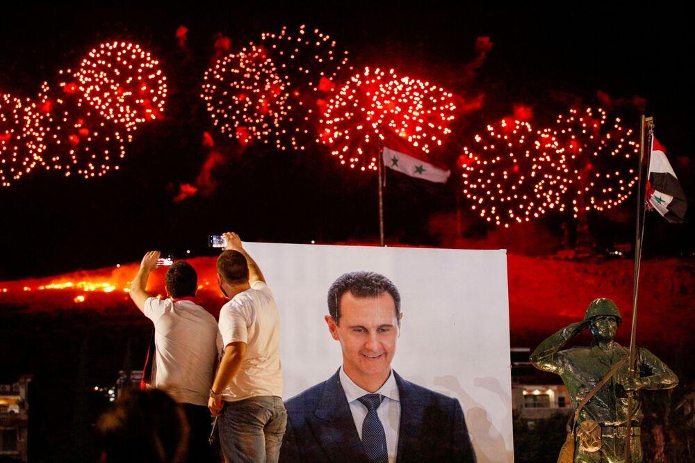 Esad'ın galibiyetinin duyurulmasıyla başkent Şam'da havai fişek gösterisi gerçekleştirildi.