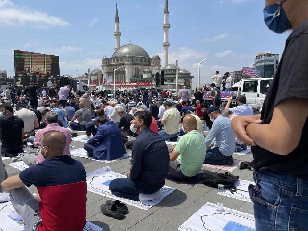 Taksim Meydanı'nın sembollerinden biri olan camide İslam'ın Yeryüzündeki Mührü Camiler ve Fethi İstanbul başlıklı hutbeyi Diyanet İşleri Başkanı Ali Erbaş verdi.