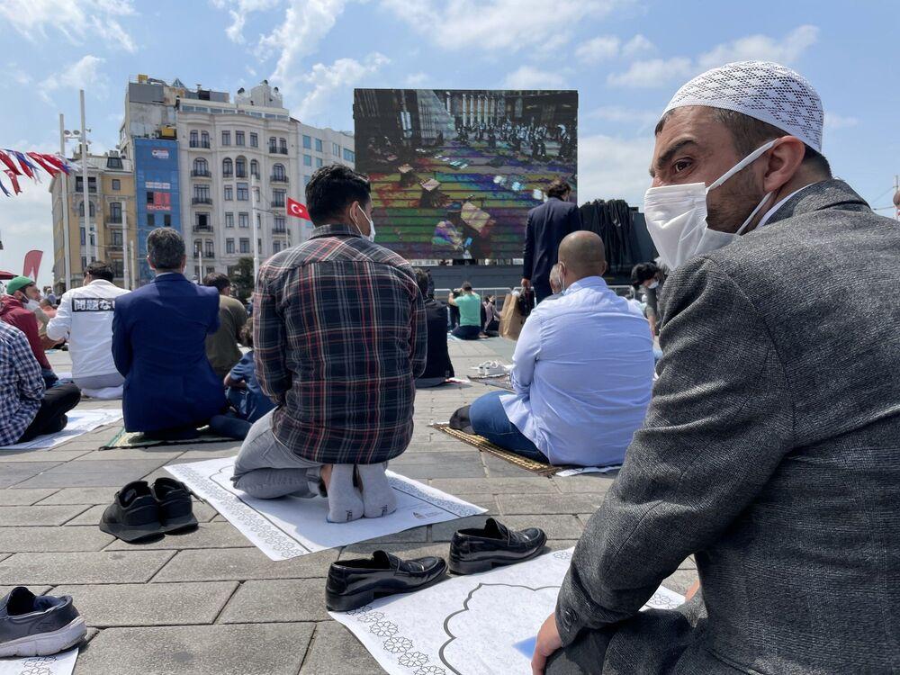Mimarlar Şefik Birkiye ve Selim Dalaman'ın imzasını taşıyan, Taksim Meydanı'ndaki caminin minarelerinden öğle vakti ezan ve sela sesi yükseldi. Cuma namazı öncesi camide Kur'an-ı Kerim okundu, tekbir ve salavat getirildi.