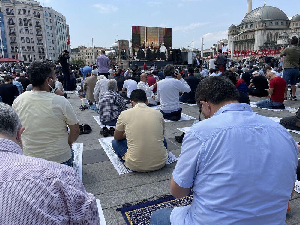 Taksim'de temeli 4 yıl önce atılan ve 4 bin kişinin aynı anda ibadet edebileceği cami, Diyanet İşleri Başkanı Ali Erbaş kıldırdığı ilk cuma namazı ile ibadete açıldı.