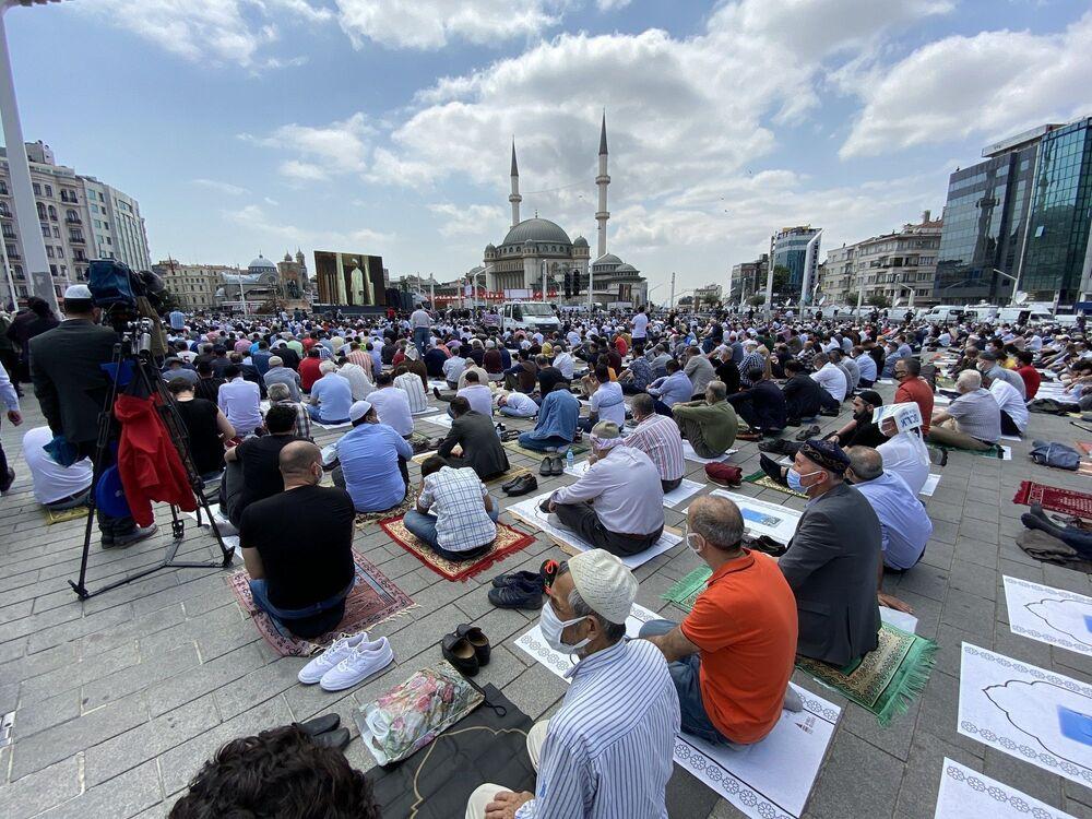 Diyanet İşleri Başkanı  Erbaş, Fatiha'dan Fetih Suresi'nden ayetler okudu. Erbaş, namazın ardından dua okudu.