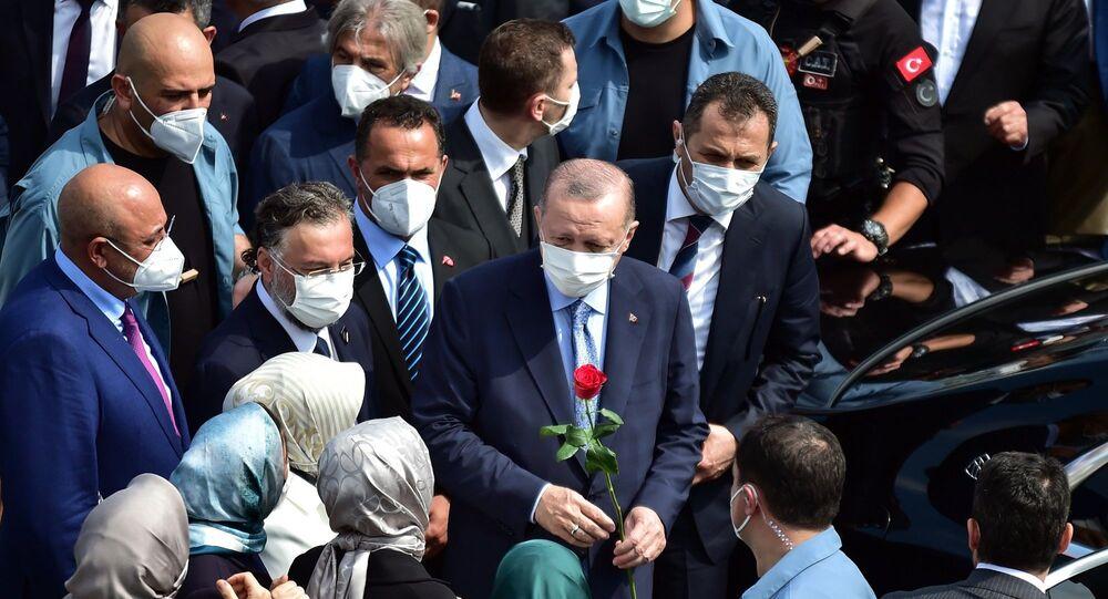 Cumhurbaşkanı Recep Tayyip Erdoğan, katıldığı açılış töreninde cuma namazı sonrası Taksim Camii'ne Kur'an-ı Kerim hediye etti.