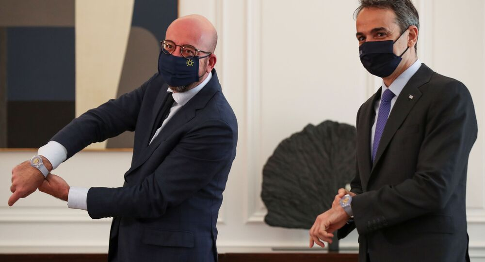 Atina'da AB Konseyi Başkanı Charles Michel'i ağırlayan Yunanistan Başbakanı Kiriakos Miçotakis (sağda)