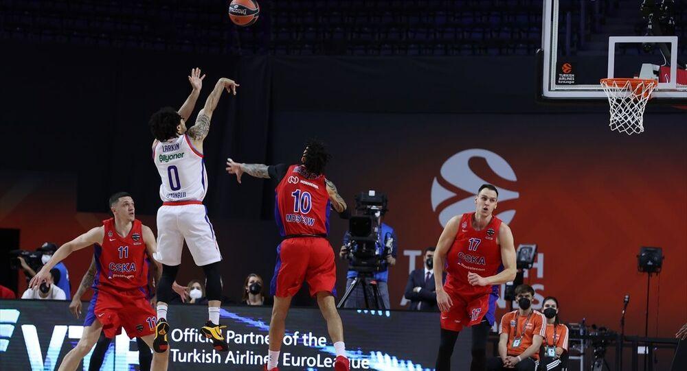Almanya'nın Köln kentinde Lanxess Arena'da düzenlenen basketbol THY Avrupa Ligi Dörtlü Final maçında Anadolu Efes ve CSKA Moskova takımları karşılaştı. Anadolu Efes takımından Shane Larkin (0) bir pozisyonda rakipleri ile mücadele etti.