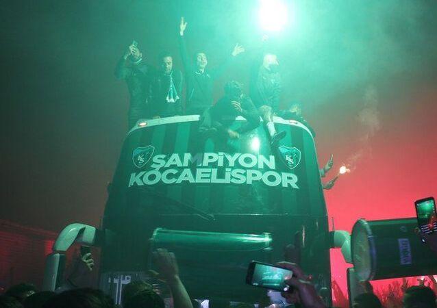 Kocaelisporlu futbolcu şampiyonluk turunda otobüsten düştü