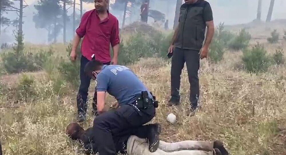Adana'nın Pozantı ilçesinde iddiaya göre ormanı yakan zanlı suçüstü yakalanarak gözaltına alındı.