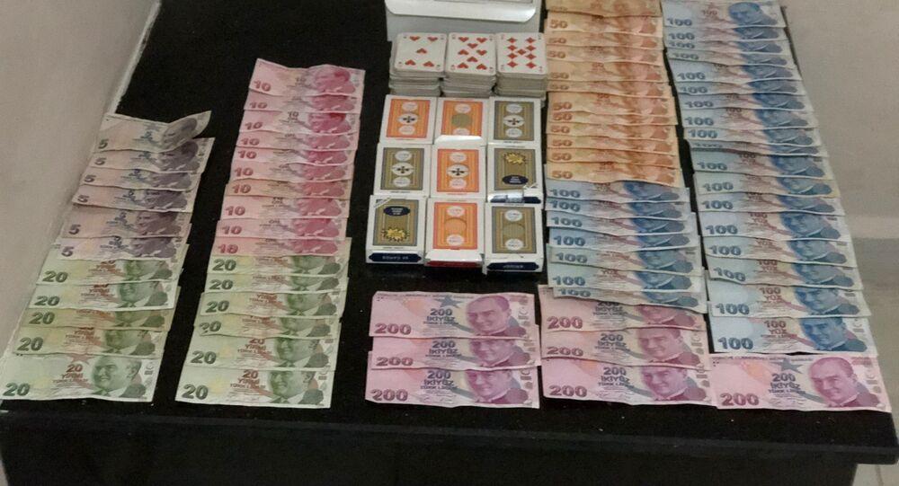 Antalya'nın Kaş ilçesinde evde kumar oynayan ve yeni tip korona virüs (Kovid-19) tedbirlerini ihlal eden 12 kişiye, toplamda 110 bin 568 lira ceza uygulandı.