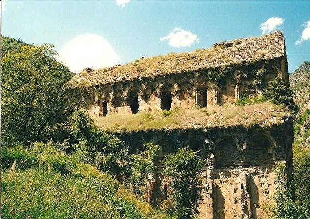 Artvin'de bulunan Tekkale Manastırı, definecilerin kaçak kazısında talan edildi. Yıkılma riski ile karşı karşıya kalan kilisenin restorasyonu için proje çalışması başlatıldı.