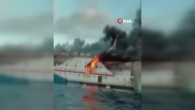Endonezya'da 181 yolcusu bulunan bir feribot seyir halindeyken alev alırken, denizin ortasında yaşanan can pazarı kameralara yansıdı.