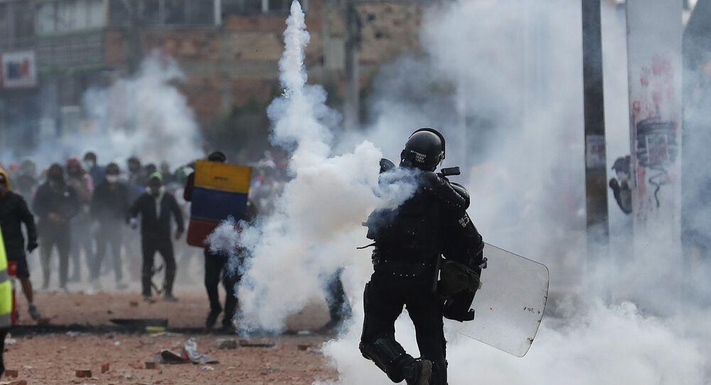 Kolombiya'da 28 Nisan'dan bu yana gerçekleştirilen hükümet karıştı gösterilerin 1. ayında sokaklar savaş alanına dönerken, Cali kentinde çıkan olaylarda 6 kişi daha hayatını kaybetti.