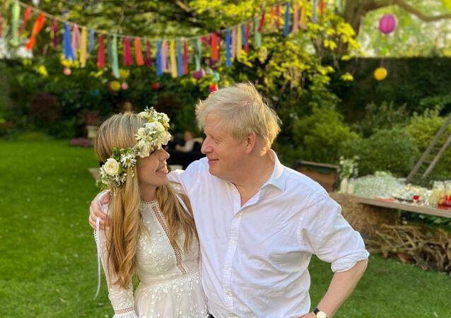 İngiltere Başbakanı Boris Johnson, nişanlısı Carrie Symonds ile gizli bir törenle evlendi. Başbakanlık ofisinden bir sözcü, evliliğin dün öğleden sonra 'küçük bir törenle' gerçekleştiğini belirterek, çiftin gelecek yaz aile ve arkadaşlarıyla tekrar kutlama yapacağını ve balayının da o zamana kadar erteleneceğini kaydetti.