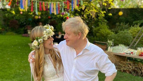 İngiltere Başbakanı Boris Johnson, nişanlısı Carrie Symonds ile gizli bir törenle evlendi. Başbakanlık ofisinden bir sözcü, evliliğin dün öğleden sonra 'küçük bir törenle' gerçekleştiğini belirterek, çiftin gelecek yaz aile ve arkadaşlarıyla tekrar kutlama yapacağını ve balayının da o zamana kadar erteleneceğini kaydetti. - Sputnik Türkiye