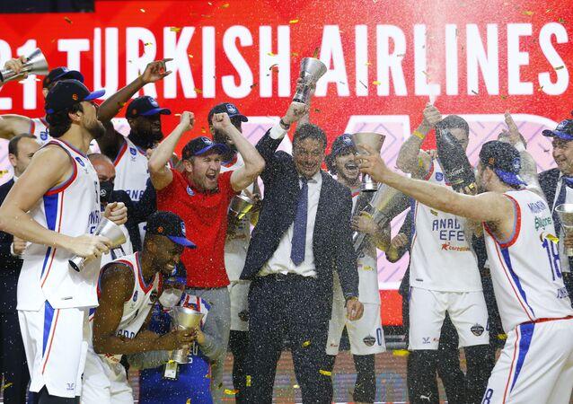 Basketbol THY Avrupa Ligi Dörtlü Finali'nde İspanya temsilcisi Barcelona'yı yenen Anadolu Efes'in şampiyonluk kupası sevinci