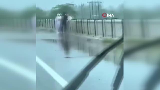 Hindistan'ın Balrampur kentinde koronavirüsten ölen bir hastanın cansız bedenini nehre atan iki kişi yoldan geçen vatandaşlar tarafından anbean kayıt altına alındı.
