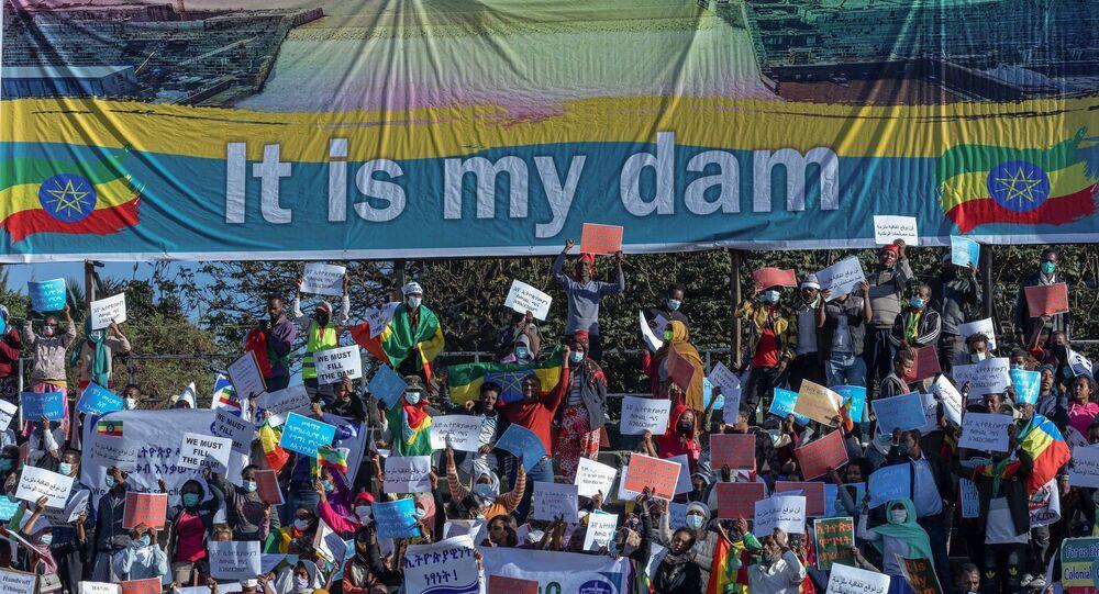 Etiyopya'da binlerce kişi ABD'nin ülke siyasetine müdahale ettiğini savunarak protesto gösterisi düzenledi.
