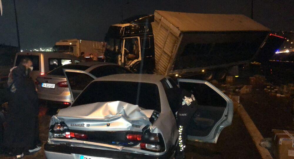 Kocaeli TEM Otoyolu İzmit kesiminde kontrolden çıkan tırın makas atarak yan dönmesi neticesinde arkadan gelen yolcu otobüsü ve tırların da içinde olduğu 10'dan fazla araç birbirine girdi. Çok sayıda yaralının olduğu kazada İstanbul istikameti trafiğe kapandı.