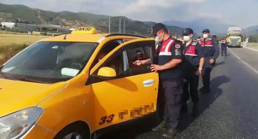 Osmaniye'de taksilerden çıkan göçmenler