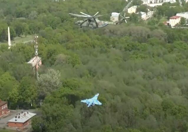 Su-27 avcı uçağının Mi-26 helikopteri tarafından taşınması, kameraya yansıdı