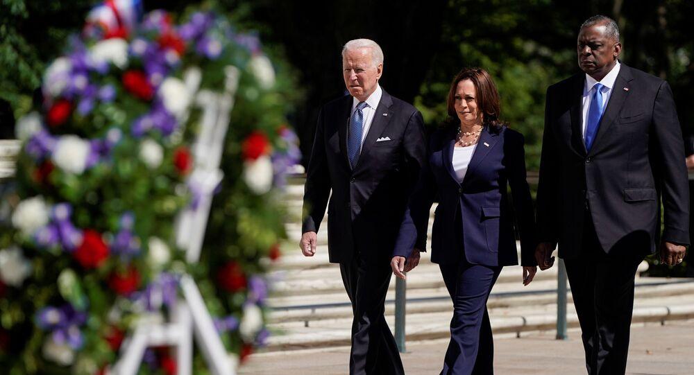 Biden, Başkan Yardımcısı Kamala Harris ve Savunma Bakanı Lloyd Austin, Arlington Ulusal Mezarlığı'nda düzenlenen Anma Günü törenine katıldı.