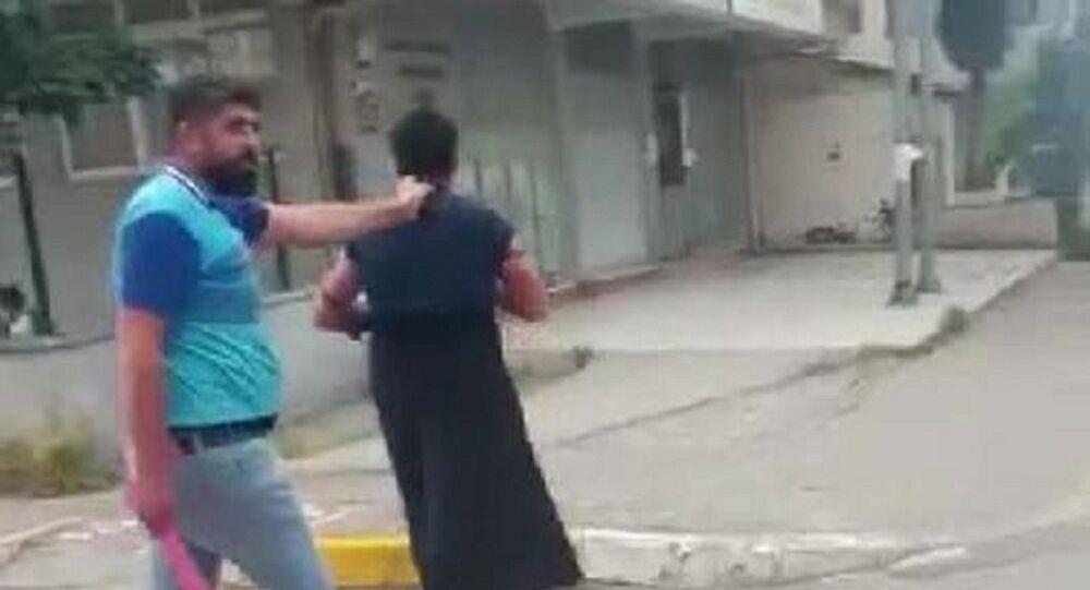 eşini bir süredir taciz ettiğini iddia ettiği kişiye kadın kıyafeti giydiren adam