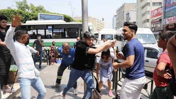 Adana'da bir YouTuber arkadaşını direğe bantladı: 'Tokat atan 1 TL, kafasında yumurta kıran 5 TL kazanır' - Sputnik Türkiye