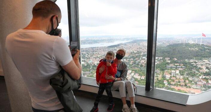 Çamlıca Kulesi'nin ilk ziyaretçileri Kenan Ayvaz ve ailesi oldu. Ayvaz ailesi, kulenin seyir terasından İstanbul manzarasını izledi. Aileye, ilk ziyaretçi olmaları nedeniyle Çamlıca Kulesi'nin camdan üretilmiş minyatürü hediye edildi.
