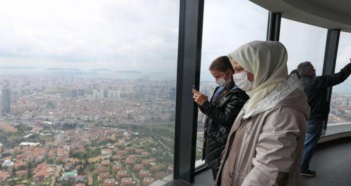 Kenan Ayvaz, Çamlıca Kulesi'ni ziyaret etmek için sabah Bolu'dan İstanbul'a geldiklerini belirterek, şunları söyledi: Bir hafta önce de Almanya'dan gelmiştik. Şu an kelebek gibi uçuyorum. Havadayız, gökyüzünde hissediyorum kendimi. Böyle bir eseri herkesin görmesini isterim. İlk misafir olacağımızı düşünmüyorduk. Oğlum çok gelmek istiyordu ve sabah direkt buraya geldik. İlk ziyaretçi olmak bizim için de sürpriz oldu. Hediye de çok güzel oldu. Ömür boyu bu anı hiç unutmayacağız. Almanya'ya döndüğümde bütün çevreme harika bir eser olduğunu söyleyeceğim.