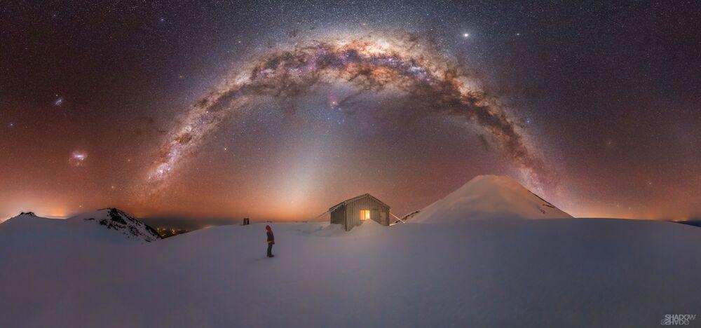Larryn Rae, 'Mt. Taranaki Milky Way' adını verdiği kareyi elde etmek için Yeni Zelanda'da fırtına ve eksi 15 derecede 4 saat boyunca Taranaki Dağı'nın yamacına tırmanmak zorunda kaldı.